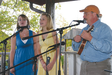 Geoff Davis with his daughter Phoebe and singing partner Molly